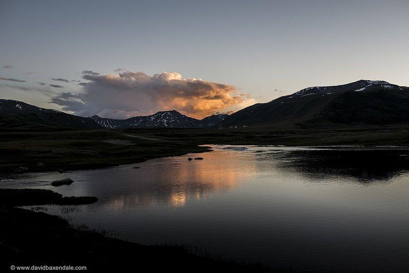 Алтайское озеро на рассвете