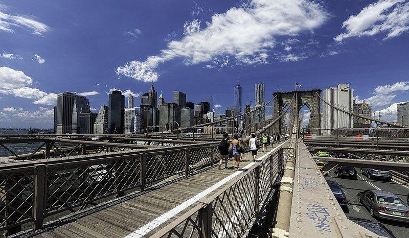 Пешеходная дорожка на мосту