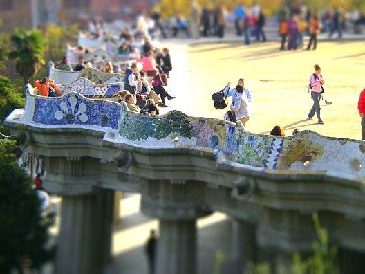 Туристы отдыхают на знаменитой лавочке в парке