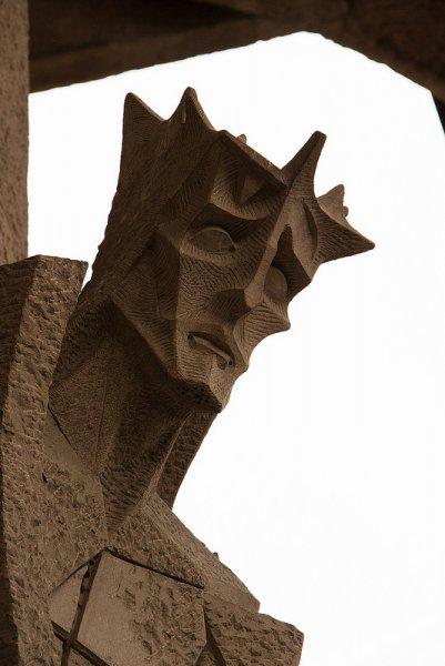 Скульптура на стене