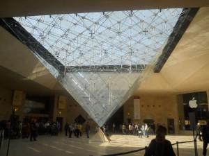 Пирамида перед Лувром - вид изнутри