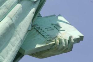 Табличка в левой руке Статуи Свободы с датой принятия Декларации независимости