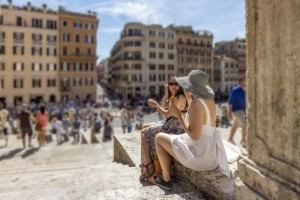 Отдыхающие на Испанской лестнице в Риме
