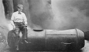 Бобби Лич со своей бочкой после прохождения Ниагарского водопада, 1911