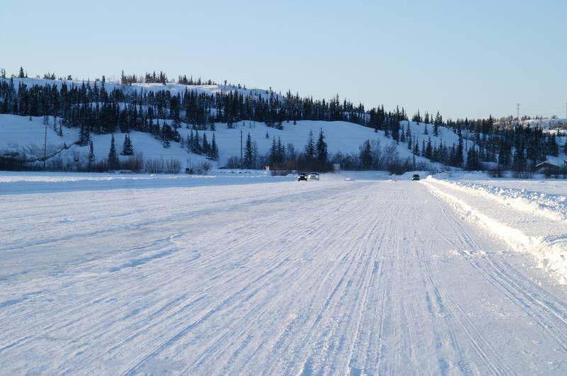 Ледовая дорога на Большом Невольничьем озере