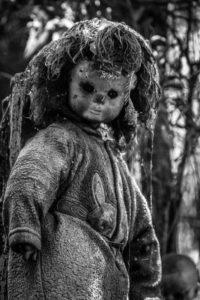 Одна из заброшенных кукол на острове