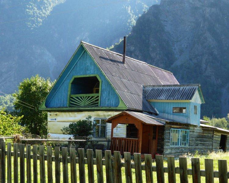 Старый дом на берегу Телецкого озера