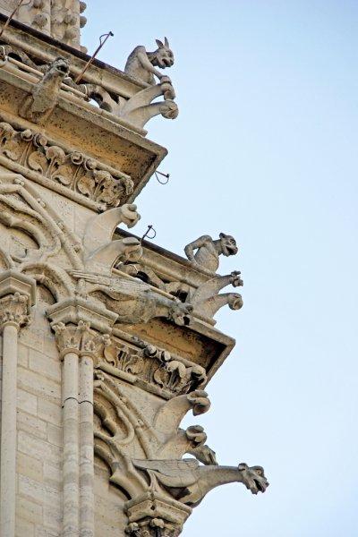 Химеры и гаргульи на стенах собора