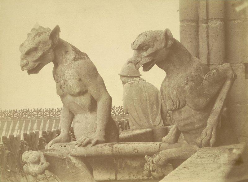 Скульптуры гаргулий на стенах собора