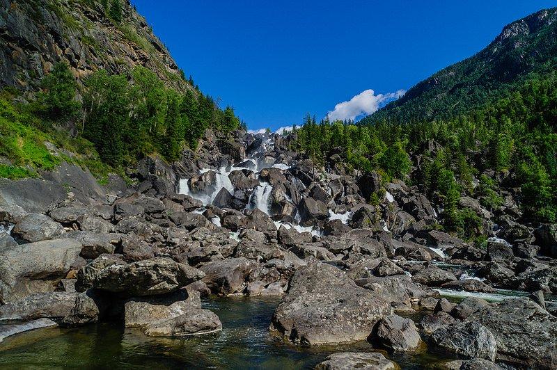 Живописный вид на водопад Учар