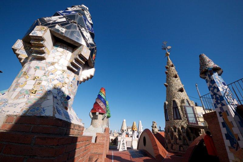 Знаменитая крыша Дворца Гуэля, Барселона, Испания