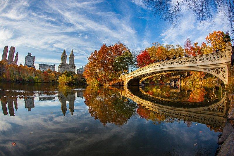 Знаменитый мост над прудом