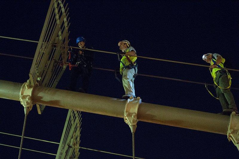 Рабочие на канатах моста