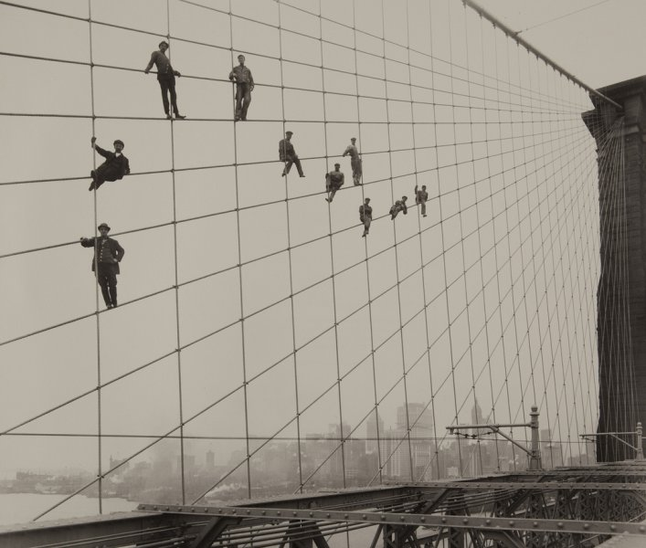Рабочие на стальных канатах Бруклинского моста