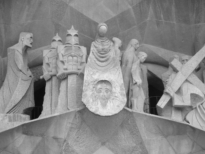 Скульптуры на стенах храма
