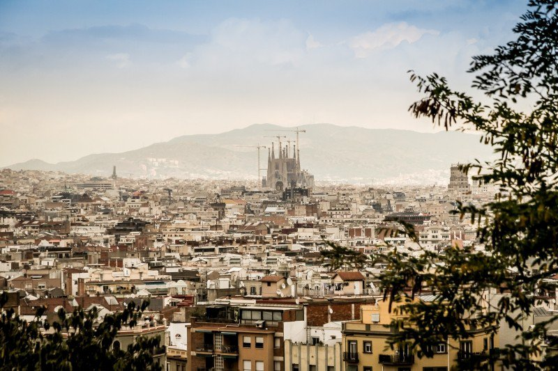 Панорама Барселоны с видом на храм