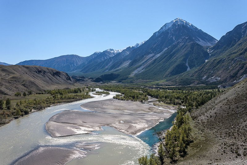 Путь на гору вдоль реки Катунь