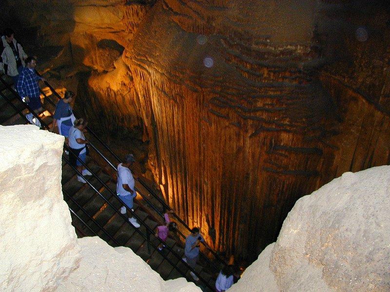 Завораживающий спуск в пещере