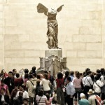 Посетители Лувра возле знаменитой скульптуры