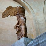 Ника Самофракийская на постаменте в Лувре, Франция, Париж