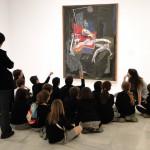 Дети и учитель изучают абстрактную живопись