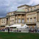 Вид на королевскую резиденцию со стороны сада