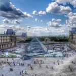 Вид на площадь и пирамиду перед Лувром