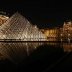 Пирамида на фоне музея