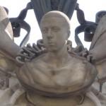 Архитектурные элементы Дома Кальвет: бюст на фасаде здания