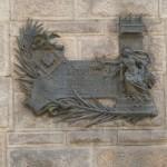Табличка, указывающая, что архитектор Дома Кальвет, Антонио Гауди был награжден муниципальной премией