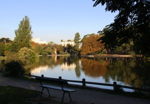 Скамья у озера в Булонском лесу