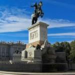 Статуя на площади Мадридского дворца
