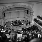 Вид с верхнего яруса концертного зала на выступление