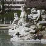 Скульптура возле воды
