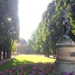 Памятник в саду