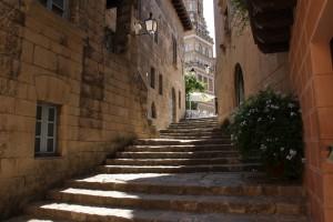 Проход между улицами по лестнице, Испанская деревня, Барселона