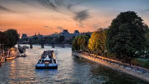 Прогулочный катер на Сене, закат