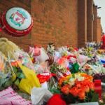 Цветы у стадиона Энфилд Роуд от болельщиков, Ливерпуль