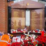Цветы у ворот Энфилда от болельщиков, Ливерпуль