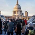 Пешеходы на мосту Миллениум в Лондоне