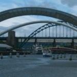 Поднятый мост Тысячелетия в Гейтсхеде