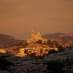 Вид на Нотр-Дам-Де-Ла-Гард на закате