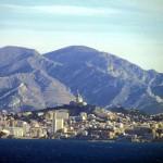 Вид на базилику вдоль прибрежной пути Марселя, Франция