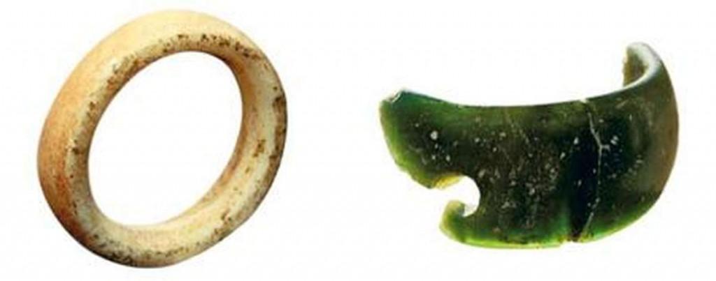 Половина браслета и кольцо, найденные в Денисовой пещере