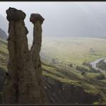 Каменные грибы на фоне долины