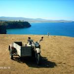 Старый мотоцикл на фоне Байкала