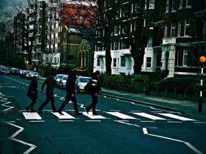 Прохожие пародируют Битлз на пешеходном переходе на Эбби-Роуд