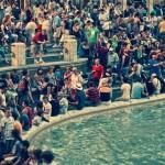 Толпа туристов у фонтана