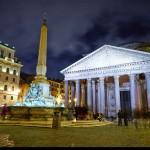 Обелиск, фонтан перед Пантеоном в Риме ночью