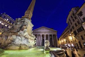 Фонтана перед Пантеоном в Риме
